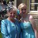 Abi Richardson koszorúslányként az esküvő napján, mellette Pauline Holmes