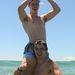 Jake Kolodjashnij ikertestvére, Kade nyakában a tengerben