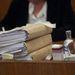 Egyébként a bírónő asztalán ott látható a bűnjelként lefoglalt gyógyszeresdoboz és egy vodkásüveg is.