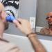Mark borotválkozik