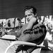 Marlon Brando 1949-ben egy forgatási szünetben olvasgat