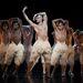 Matthew Bourne tánctársulata a Hattyúk tava előadása közben