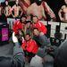A chippendale-csapat a turnébusz előtt rajongókkal pózol a Time Square-en