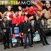A chippendale-csapat a turnébusz előtt pózol a Time Square-en a 98 Degrees nevű együttes tagjaival