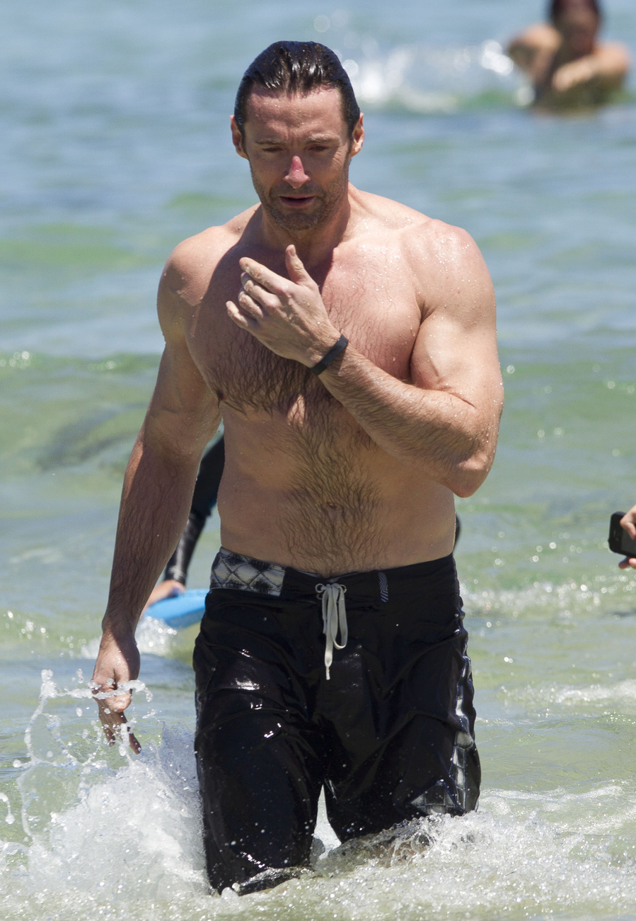 Hugh Jackman felöltözött, és edzéstársával együtt távozik