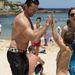 Hugh Jackmant a strandon is körülveszik az érdeklődők