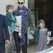 Nicole Kidman lányaival,  Sunday Rose-zal és Faith Margarettel száll be az autóba.