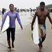 Két fiatal szörfös Bangladesben, ahol újabban kezd divatba jönni ez a modern sport