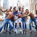 Carmelo Anthony kosárlabdázó viaszszobra előtt jókedvű rajongók