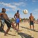 Egy random fotó az ausztrál nyárból – a fiúk fociznak a strandon