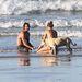 A szupermodell kisbabástul és kutyástul strandolt, és közben egy szörfössel bratyizott