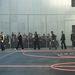 A Givenchy-bemutató a párizsi férfidivathéten, érkeznek a fiúk a kosárpályára