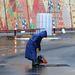 Készülnek az oroszok az olimpiára. Végre öntöttek aszfaltot a csatornafedél köré, egy héttel az indulás előtt