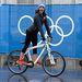 Ez az olimpia a biciklik olimpiája lesz, egy rakás olyan kép készült már most is, amin sportolók bringával közlekednek az olimpiai faluban. Itt éppen Alyson Dudek az Egyesült Államok csapatának egyik gyorskorcsolyázója látható