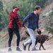 Szakadó esőben sétáltatták a kutyájukat Los Angelesben.
