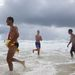 A Golden Coast Football Club játékosai a Kurrawa nevű strandon Ausztrália keleti partján