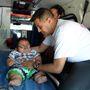 Santiago Mendozát beteszik a mentőbe, irány Bogotá.