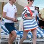 Anne Hathaway a férjével, Adam Shulmannel ment le a Miami Beach-i strandra.