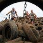 Az egyik akadály: egy gumiabroncs-hegyen kellett átfutni