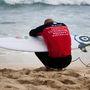 Egy amerikai szörfös hátulról