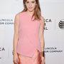 Watson egy holtegyszerű pink ruhában villogott.