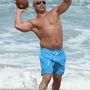 Joe Gorga dobálózik egyet a strandon