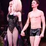 Hedwig férje, Yitzach szerepét mindig egy nő játssza a darabban, a Broadwayen Lena Hall. Az utolsó jelenetben Yitzach nőnek öltözik