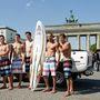 A Brandenburgi kapu előtt bemutatóznak modell-szörfösök, íme a Special Collection Björn Dunkerbeck by Camp David