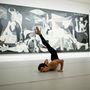 Josué Ullate a madridi Reina Sofia múzeumban Picasso Guernica című festménye előtt táncol
