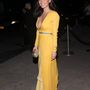 Olivia Munn színésznő sárgában villantott mellközt