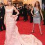 Itt viszont elég jó, ahogy a Taylor Swift hátterébe mászó ezüstruhás nőt valaki hátul kiröhögi