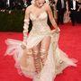 Rita Ora rettentően szerencsétlen volt ezzel a ruhával, ami nem csoda