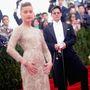 Johnny Depp távolról figyeli, ahogy a nőjét fotózzák