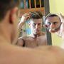 Annyira hiú, hogy egyszerre két tükörben nézi magát!
