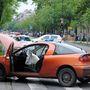 Az egyik autó az ütközés miatt egy lámpaoszlopnak csapódott.