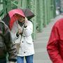 Turisták az erős szélben Budapesten a Szabadság hídon.