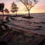 A balatonfenyvesi szabadstrand parti sétánya ahol az erős északi szél miatt kiöntött a Balaton vize.