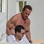Nem tudjuk. Mindegy is, Schwarzenegger a lényeg.