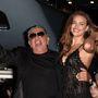 Esetleg az Irina Shayket ölelgető Roberto Cavalli divattervezőnek.
