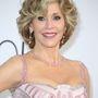 Jane Fonda feltalálta a fiatalság elixírjét, de közelről azért látszik, hogy jégtáncos-kűrruhaszerű átlátszó betétek vannak a ruháján. Ügyes.