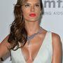 Az örökké gonoszul néző Alessandra Ambrosio modellnek enyhe szemtengelyferdülése lehet.