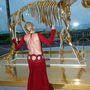 Sharon Stone egy arany csontvázzal mókázott ugyanott.