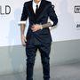 Justin Bieber meg vagy karikalábú, vagy lóháton érkezett, esetleg a szabója furcsa.