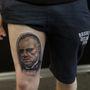 Igen, ez a személy például Marlon Brando arcát, a combjára