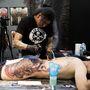 Dolgoznak a tetoválóművészek