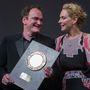 Quentin Tarantino átveszi a Prix Lumiere díjat Uma Thurmantől (2013)