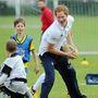 Harry herceg labdát kap