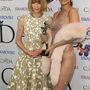 És most nézzék meg, ahogy a Vogue világszerte istenített stílusikun-főszerkesztője, Anna Wintour a munkaruhás Rihannával pózol.