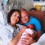 Claire és Jason Atkins, nem sokkal közös gyermekük születése után – és a mellrák felfedezése előtt