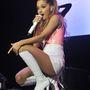 Ariana Grande New Jersey-ben adott koncertet, nagyon rövid ruhában, június 29-én.